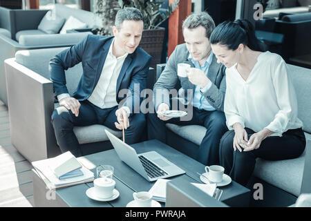 Ernsthafte Geschäftsmann leckeren Kaffee trinken - Stockfoto