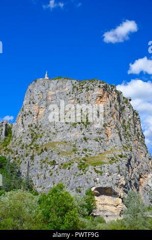 Kirche auf einem Felsen in Castellane in den Alpes-de-Haute-Provence, Frankreich, Gebäude, alte, malerische Schluchten Canyon, Lavendel route, Wandergebiet - Stockfoto