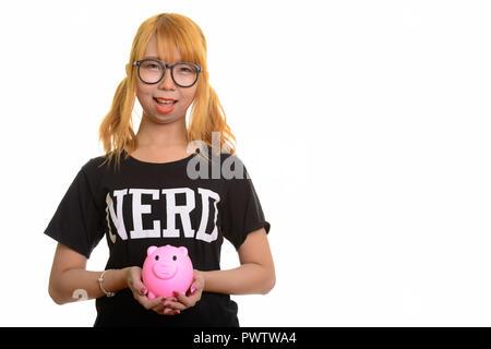 Junge Asiatische nerd Frau glücklich und lächelnd piggy Bank - Stockfoto