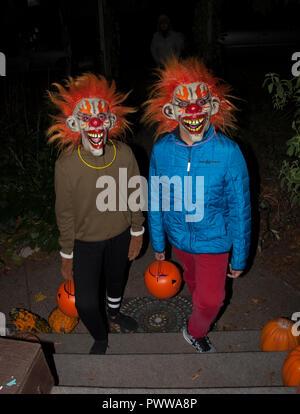Zwei Jungen, Süßes oder Saures für Halloween scary Joker clown Masken tragen. St. Paul Minnesota MN USA - Stockfoto
