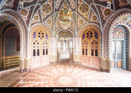 Innenansicht mit bunten und schön dekoriert die Wände und der Boden in der verlassenen Burg Sammezzano in Florenz, Toskana, Italien. - Stockfoto