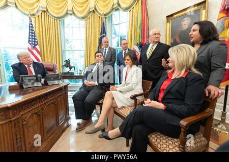"""Us-Präsident Donald Trump, durch Mitglieder des Kabinetts Gespräche mit Arbeitern während des """"Cutting Red Tape und Entfesselung wirtschaftlicher Freiheit"""" Veranstaltung im Oval Office des Weißen Hauses Oktober 17, 2018, Washington, DC. - Stockfoto"""
