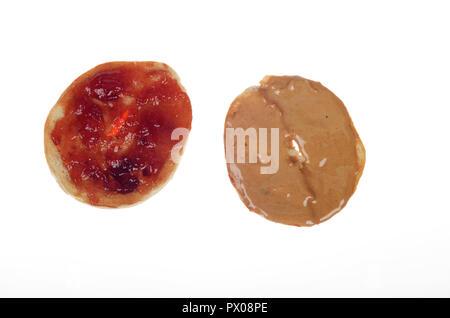 Peanut Butter und Erdbeermarmelade auf einem Bagel in die Hälfte geschnitten auf Weiß - Stockfoto