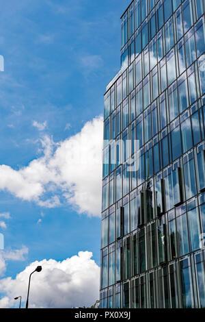 Glasfassade mit Reflexionen in Warschau - Stockfoto