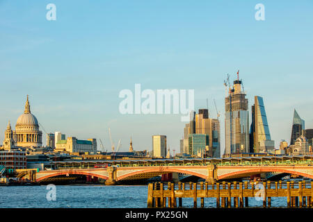 London, Großbritannien - 02 September 2018: London Themse Sonnenuntergang - Stockfoto