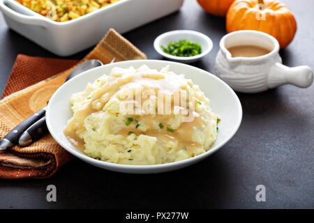 Kartoffelpüree mit Sauce, traditionelle Beilage für Thanksgiving - Stockfoto