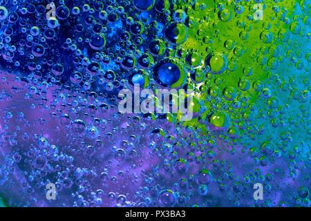 Textur von Blasen auf farbigen Hintergrund - Stockfoto