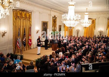 Us-Präsident Donald Trump präsentiert die Ehrenmedaille der pensionierte US Marine Sgt. Maj. John canley während einer Zeremonie im East Room des Weißen Hauses Oktober 17, 2018 in Washington, DC. Die Nationen Canley erhielt höchste Ehre für Aktionen, die während der Schlacht um Hue in der Vietnam Krieg.