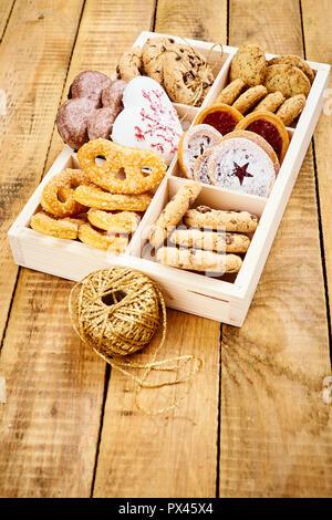 Köstliche Weihnachten Plätzchen in einer Box auf einem alten Holztisch - Stockfoto