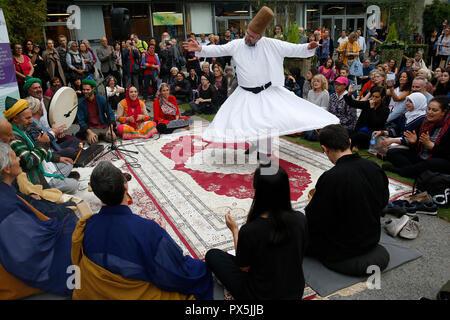 Zen Buddhisten und muslimischen Sufis beten und feiern gemeinsam auf dem Salon Zen, Paris, Frankreich. Wirbelnder Derwisch. - Stockfoto
