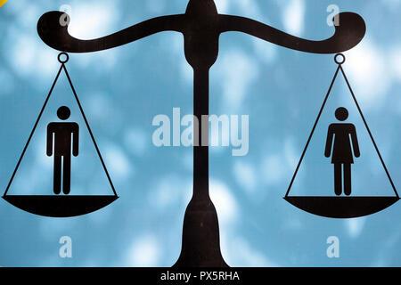 Männliche und weibliche Figuren auf der Skala. Gleichstellung von Frauen und Männern. Vung Tau. Vietnam. - Stockfoto