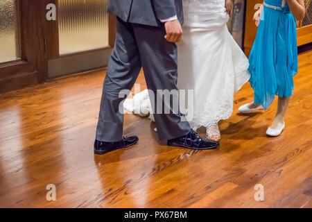 f6cf9d71f14f88 Braut und Bräutigam die Füße zusammen - Stockfoto