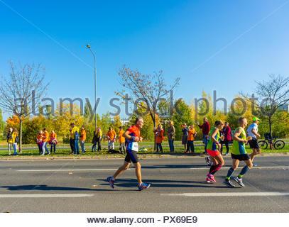 Poznan, Polen - 14. Oktober 2018: Viele Menschen, die auf der Straße während der Pko Poznan Marathon an einem sonnigen Tag in die Herbstsaison. Die Veranstaltung ist s - Stockfoto