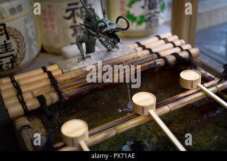 Dragon Head Chozubachi, Chozuya, Wasser Reinigungsritual Becken mit Bambus Schöpflöffel für die Hände waschen, bevor sie in einen Schrein in Kyoto, Japan - Stockfoto