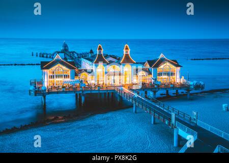 Berühmte Seebruecke Sellin (Seebrücke) im schönen Abend dämmerung Dämmerung # im Sommer, Ostseebad Sellin Ferienort, Ostsee, Deutschland - Stockfoto