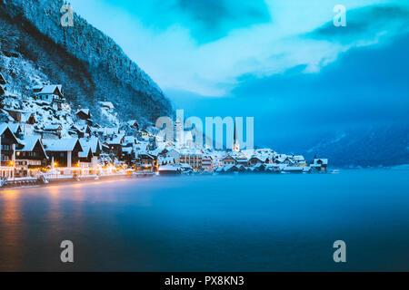 Panorama der berühmten Hallstätter See Stadt in den Alpen in mystischer Dämmerung während der Blauen Stunde am Morgen einen schönen kalten nebligen Tag im Winter, Salzk - Stockfoto