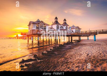 Berühmte Seebruecke Sellin (Seebrücke) im schönen goldenen lichter Morgen bei Sonnenaufgang im Sommer, Ostseebad Sellin Ferienort, Ostsee, Deutschland - Stockfoto