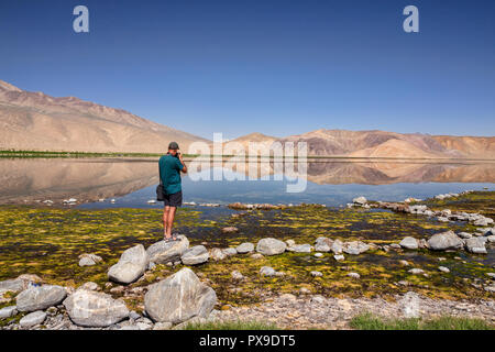 Fotograf schießt Foto von Berg Reflexionen in schönen Bulunkul See, Obere Gunt Tal, Pamir, Gorno Badkhshan, Tadschikistan - Stockfoto