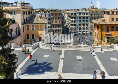 Rom, Italien, 22. JUNI 2017: Blick von oben auf die Spanische Treppe und die Piazza di Spagna in Rom, Italien - Stockfoto