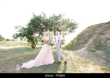Hochzeit paar auf der Natur im Sommer. - Stockfoto