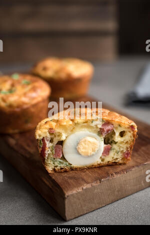 Protein Frühstücksei Muffins mit Wachtelei, Speck und Gemüse. High Protein Muffins für Ketogenic oder paleo Diät, aus der Nähe. Stockfoto