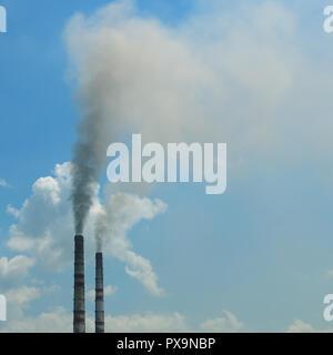 Rauch aus dem Rohre gegen den blauen Himmel - Stockfoto