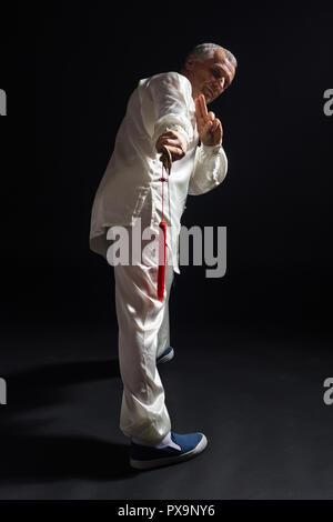 Ältere Menschen üben von Tai Chi mit Schwert. - Stockfoto