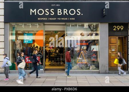 Ein Zweig der Moss Bros menswear Läden in der Oxford Street, London. - Stockfoto