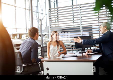 Reifen sales manager unterzeichnen Vertrag mit Kunden im Autohaus Büro - Stockfoto