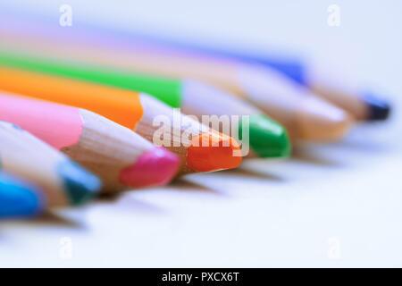 Bunte Bleistifte in einer Reihe. Close-up - Stockfoto