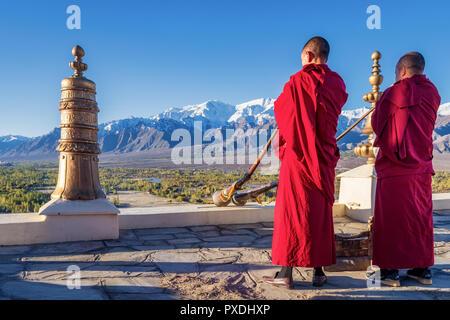 Buddhistische Mönche blasen Tibetische Hörner bei Thikse Gompa Kloster (Thiksay), Ladakh, Kaschmir, Indien - Stockfoto