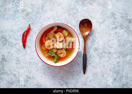 Traditionelle spicy thai Tom Yum Suppe mit Garnelen - Stockfoto