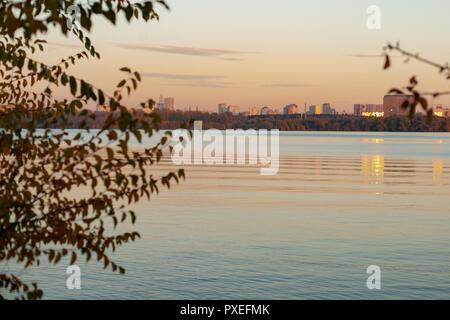 Stadtbild in der Dämmerung, Sonnenuntergang über dem Fluss