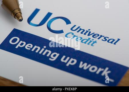 Ein Stück Papier mit dem Universal Credit logo, beruht auf einer Tabelle mit einem Stift. - Stockfoto