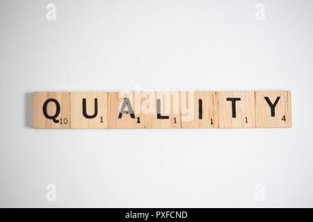 Bangkok, Thailand, 22. Oktober 2018 - Scrabble Buchstaben Rechtschreibung das Wort Qualität, Business Konzept für Studie bei - Stockfoto