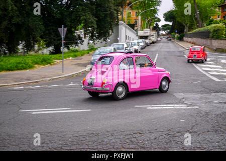 Panning Schuß eines klassischen, rosa Fiat 500 - Stockfoto