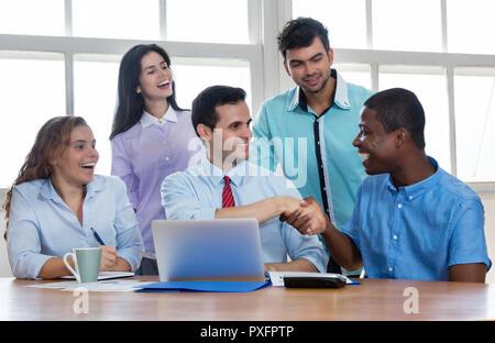 Afrikanische amerikanische Geschäftsmann melden Sie das Team bei der Start-up-Unternehmen - Stockfoto
