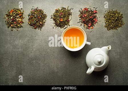 Tasse Tee mit trockenen Kaffee Sammlung verschiedener Typen - Stockfoto