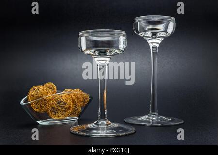 Zwei glas kerzenständer steht auf einer schwarzen glänzenden
