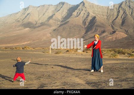 Mutter ruft für Kleinkind am Strand von Cofete, Fuerteventura zu gehen. - Stockfoto