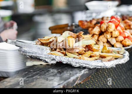 Gebackene Kartoffeln in Folie. Street Food Hintergrund - Stockfoto
