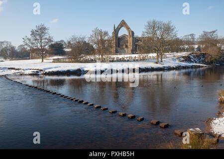Winter Blick von Bolton Priory, die River Wharfe und seine Sprungbrett nach Schnee - Stockfoto