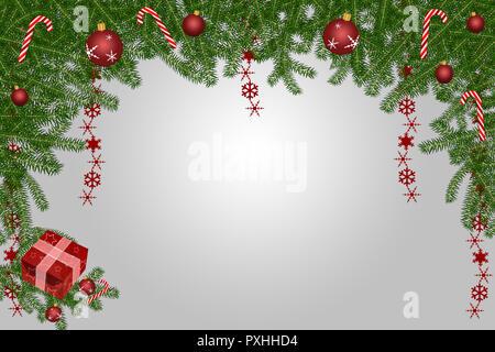 Weihnachten Hintergrund mit Tannenzweigen, rote Kugeln und einem Geschenkkarton Kopie Raum - Stockfoto