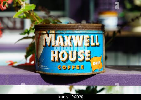 Alte können von Maxwell House Kaffee angezeigt außerhalb ein Antiquitätengeschäft in Maine, USA. - Stockfoto