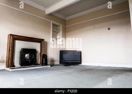 Altes Herdfeuer und Fernseher im leeren Raum - Stockfoto