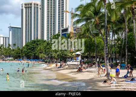 Die berühmten Waikiki Beach während des Tages mit einer Menge von Menschen schätzen die Ansicht in Honolulu Hawaii am 4. Oktober 2018 - Stockfoto
