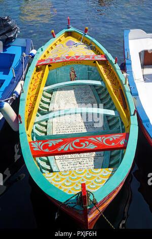Farbenfroh Fischerboot mit religiösen Texten im Hafen der Fischerdorf Aci Trezza lackiert - Stockfoto