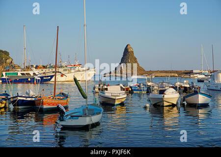 Abendstimmung im Hafen der Fischerdorf Aci Trezza, dahinter die zyklopische Insel Faraglione grande - Stockfoto