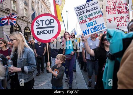 London, UK, 20 thOctober 2018. Mehr als 500.000 Menschen marschierten auf das Parlament zu verlangen, ihre demokratische Stimme in ein Wahrzeichen Demonstration gehört zu werden als die wichtigsten Protest einer Generation in Rechnung gestellt. Als Datum des britischen Brexit aus der Europäischen Union, die Demonstranten in ihren Zehntausende versammelt, um die politischen Führer zur Kenntnis nehmen und die britische Öffentlichkeit eine Abstimmung über die endgültige Brexit Angebot zu geben. (Foto von Mike Abrahams/Alamy leben Nachrichten Stockfoto