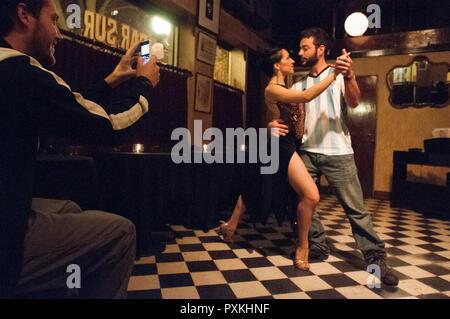 An der Bar Sur in San Telmo jeden Abend um neun Uhr sie den Tango tanzen, das ist ein wenig Stunt mit professionellen Tänzern. Egal wie öffentliche - Stockfoto